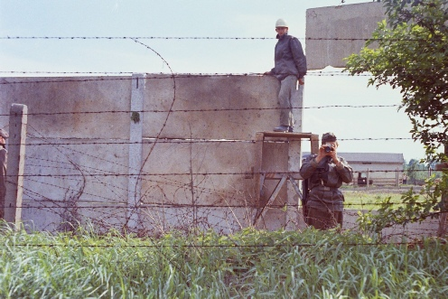 Building the Berlin Wall under armed guard